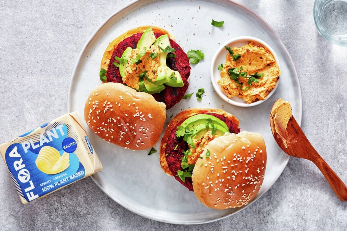 recipe image Bietenburger met Flora-chipotlespread, avocado en koriander